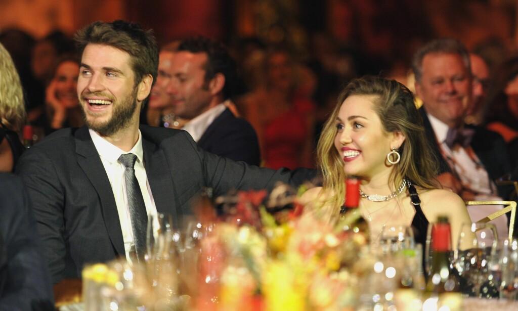 OVERRASKET: Lørdag var Liam Hemsworth og Miley Cyrus på prisutdeling i Los Angeles. Da førstnevnte mottok pris for sin innsats som skuespiller over ti år, kom han med en uventet kunngjøring fra scenen. Foto: NTB Scanpix