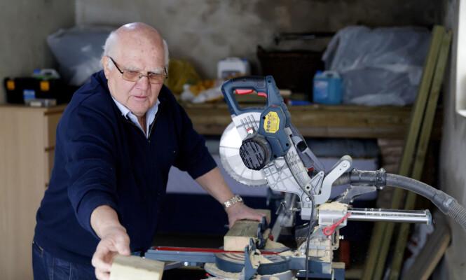 <strong>PRAKTISK:</strong> Leif Røsrud (71) har alltid et prosjekt. At han gikk av med pensjon som 64-åring har han aldri angret på. FOTO: Cornelius Poppe, NTB Scanpix