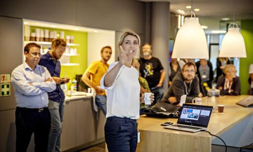 ØKT BEMANNING: Sjefredaktør Alexandra Beverfjord snakker med sine kolleger på allmøte hver fredag. Foto: Jørn H. Moen