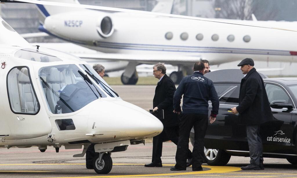 PRIVATE FLY OG HELIKOPTERE: Bill Gates går ombord i et helikopter i Zurick, på vei til World Economic Forum (WEF) i Davos, Sveits forrige tirsdag. Verdens næringslivsledere og politikere ankom i privatfly, bodde på luksushoteller og betalte over en halv million i deltakeravgift. Tema for konferansen var «Globalisering 4.0». Foto: Credit: EPA / NTB Scanpix
