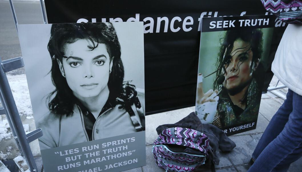 STØTTE: Michael Jackson-fans satt opp skilt til støtte for den avdøde artisten utenfor «Leaving Neverland»-premieren på årets Sundance-festival. Foto: NTB Scanpix