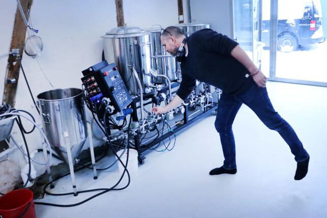 Sanity-utviklerne brygger øl i lokalene. Og den hjemmelagde bryggemaskinen er selvfølgelig også koblet opp i en Sanity-løsning. 📸: Ole Petter Baugerød Stokke