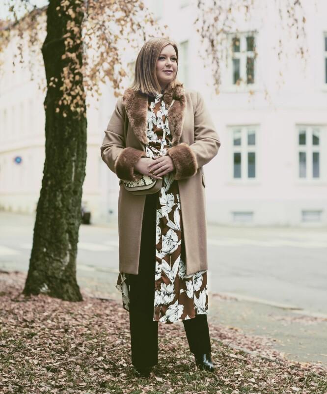 SILJE MARGRETHE HAR PÅ SEG: Kåpe (kr 1300), kjole (kr 500) og veske (kr 200, alt fra Lindex), bukse (kr 800, Levatè) og sko (kr 1695, Sapatos). FOTO: Astrid Waller