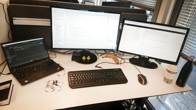 Slik ser pulten til Ukas Koder Marte Tårnes i Capgemini ut. 📸: Privat