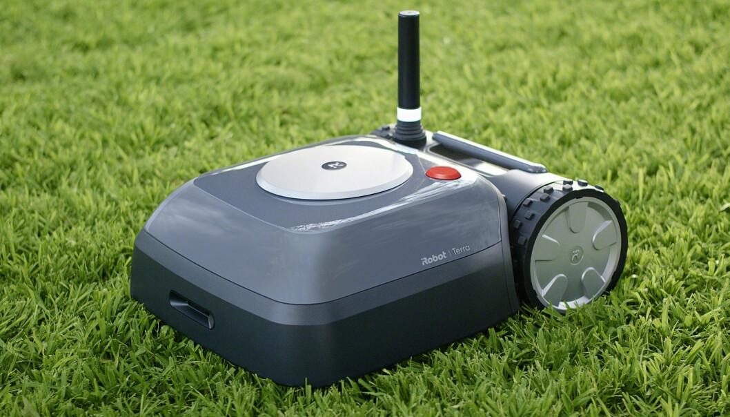 <strong>SELVKJØRENDE:</strong> iRobot Terra klipper gresset i hagen din uten at du behøver å sette opp tråder. Foto: Terra