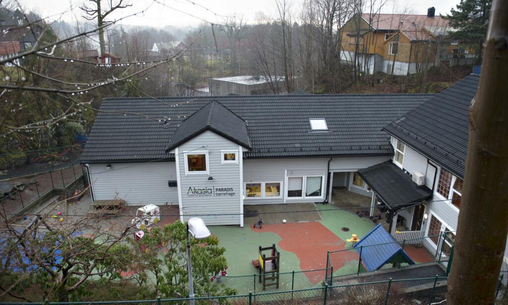 OMKOM: Barnet ble funnet hengende bevisstløs med en stropp rundt halsen i Akasia Paradis barnehage i Bergen. Han døde av skadene. Foto: Marit Hommedal / NTB scanpix