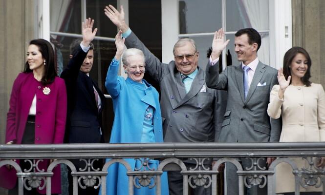 FAMILIEN: Her vinker prins Joachim og prinsesse Marie (helt til høyre) fra slottsbalkongen på Amalienborg i København sammen med kronprinsesse Mary, kronprins Frederik og sine foreldre, under dronning Margrethes 76-årsdag i 2016. Foto: NTB Scanpix