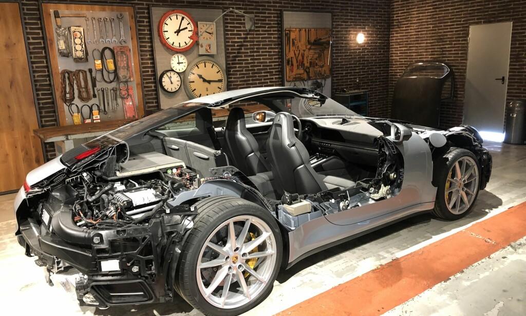 TRANGT OM PLASSEN: Dimennsjonene på 911 har ikke forandret seg nevneverdig på snart 50 år, selv om effekten nesten er tidoblet på de drøyeste versjonene, men ett eller annet sted her ønsker Porsche å få plass til en hybrid løsning. Foto: Rune M. Nesheim