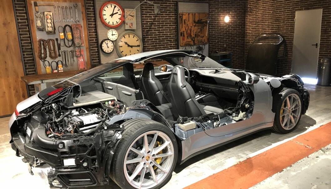 <strong>TRANGT OM PLASSEN:</strong> Dimennsjonene på 911 har ikke forandret seg nevneverdig på snart 50 år, selv om effekten nesten er tidoblet på de drøyeste versjonene, men ett eller annet sted her ønsker Porsche å få plass til en hybrid løsning. Foto: Rune M. Nesheim