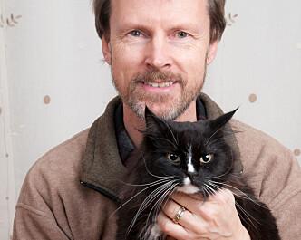 <strong>GI OPPMERKSOMHET:</strong> Bjarne Olai Braastad mener det er viktig å leke med katten, og gi den oppmerksomhet hver dag. Foto: Privat.