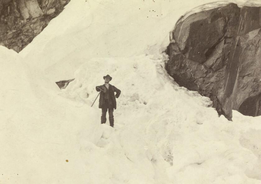<strong>HATT OG ØKS:</strong> Fjellklatrer Mathias Soggermoen med hatt, frakk og øks, fotografert av Carl Christian Hall på Storen i 1885. Isøksene veide flere kilo på denne tiden. Bilde fra Nasjonalbiblioteket