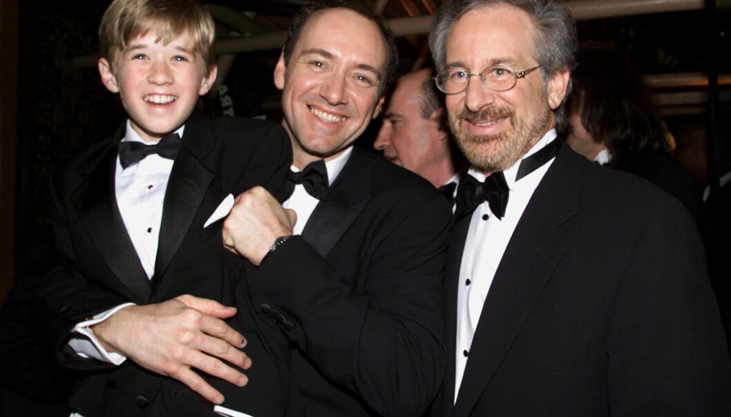 <strong>LYSENDE FRAMTID:</strong> Osment, her fotografert på Oscar-utdelingen i 2000 sammen med Kevin Spacey og Stephen Spielberg, ble spådd ei lysende framtid i bransjen. Foto: Reuters / NTB Scanpix