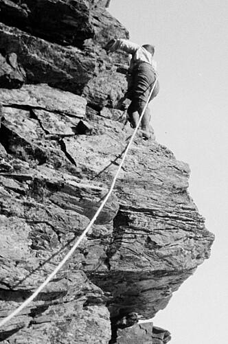 <strong>LITE UTSTYR:</strong> Klatrer i Troms med kun tau. Bildet er tatt på 1920-tallet av fotograf Peter Wessel Zapffe  / Nasjonalbiblioteket