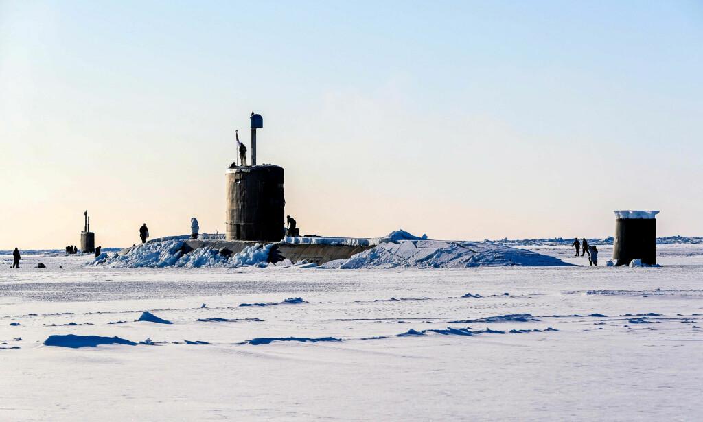 MILITÆR TILSTEDEVÆRELSE: En britisk ubåt stikker opp av isen i Arktis under øvelsen Ice Exercise 2018. En rekke eksperter mener vi må forvente langt større militær tilstedeværelse i Arktis i nær framtid. Foto: SNSW / NTB Scanpix