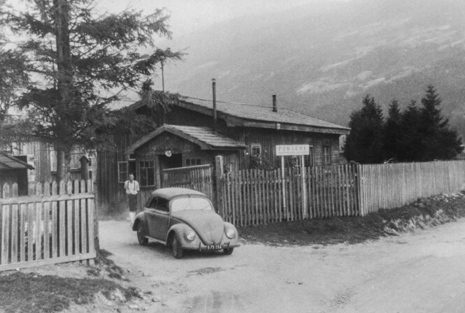 <strong>FØRSTE TUR:</strong> Ferry Porsche på vei  ut fra fabrikken, i hans VW cabriolet. Foto: Porsche Automuseum Helmut Pfeifhofe