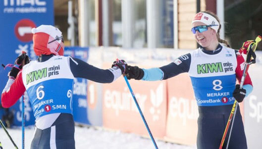 <strong>FORNØYDE:</strong> Kari Øyre Slind t.v og Silje Øyre Slind etter 15 km skiathlon for kvinner hvor Kari tok NM-bronse. Foto: Terje Pedersen / NTB scanpix