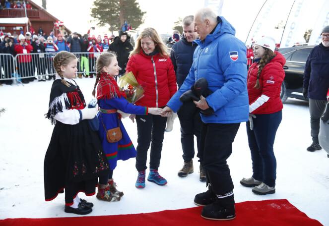 MOTERIKTIG: Med moteriktige sko ankom Kong Harald årets ski-NM på Meråker lørdag formiddag. Foto: NTB Scanpix