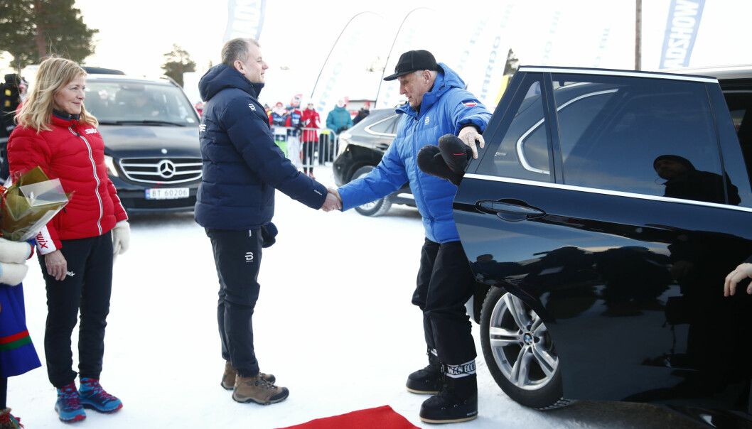 VEKKER OPPSIKT: Nok en gang får kong Harald oppmerksomhet for sin vinterbekledning. Denne gang for hans moteriktige, nye sko. Foto: NTB Scanpix