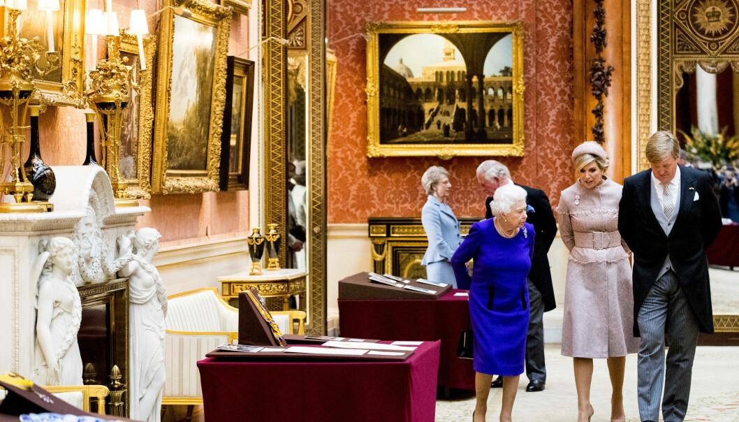 STOR SAMLING: Det britiske kongehuset eier en av verdens største kunstsamlinger, som har en verdi på flere milliarder pund. Her viser dronning Elizabeth noen av verkene til det nederlandske kongeparet i fjor. Foto: NTB scanpix