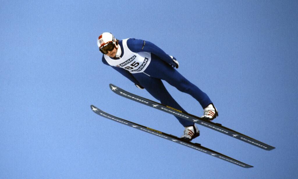 EN AV DE STØRSTE: I 1985 og 1988 ble Nykänen kåret til årets idrettsutøver i Finland. Med sin mange bragder blir han sett på som en av de aller største hopplegendene gjennom tidene. Her er han avbildet i lufta over Vikersund under et verdenscuprenn i skiflyging 19. februar 1983. Foto: Per Løchen / NTB Scanpix