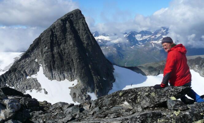 <strong>KLATRER:</strong> Forfatter av flere klatrebøker, Arne Larsen, på ryggen mellom Falketind og Stølsnostind i Vest-Jotunheimen, med toppen Stølsnostind i bakgrunnen. Foto: Privat