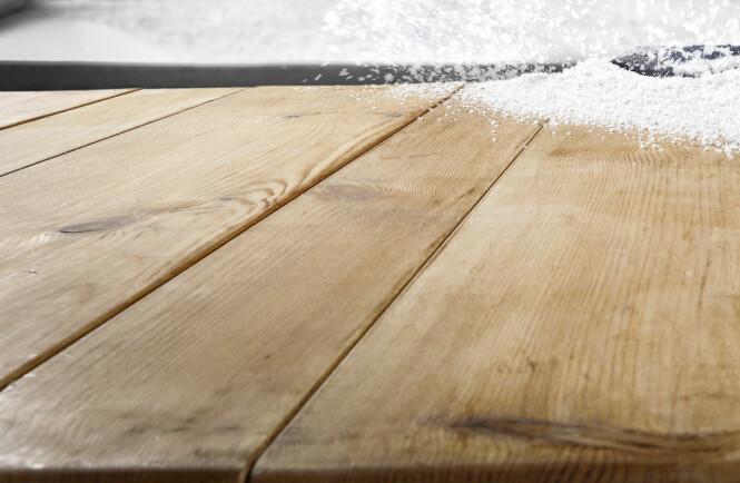 IKKE GLEM GULVET: Vi drar med oss salt inn i gangen og det kan skade tregulvet. Foto: Scanpix