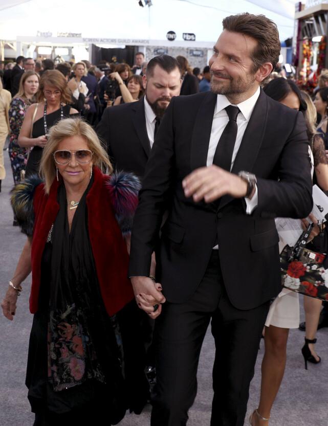 TOK MED MORA: Bradley Cooper byttet ut kjæresten, og tok med mora, Gloria Campona, under årets SAG Awards. Foto: NTB Scanpix