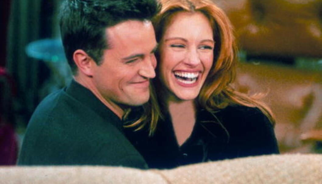 FLØRT: Matthew Perry og Julia Roberts på settet av «Friends» i 1996. FOTO: Skjermdump (NBC)