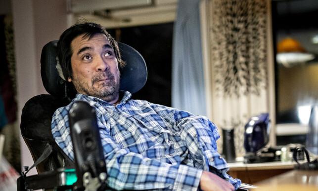 KOSTER MER: Det koster mer å være funksjonshemmet, påpeker Rodriguez' mor. Han må betale dobbelt av alt fordi han er avhengig av å ha med seg noen. Foto: Bjørn Langsem
