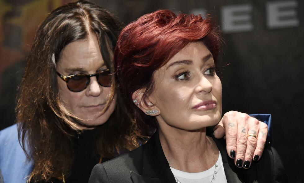 SYK: Ozzy Osbourne er lagt inn på sykehus og risikerer å måtte avlyse den planlagte Europa-turneen. Her sammen med kona Sharon Osbourne Foto: NTB Scanpix