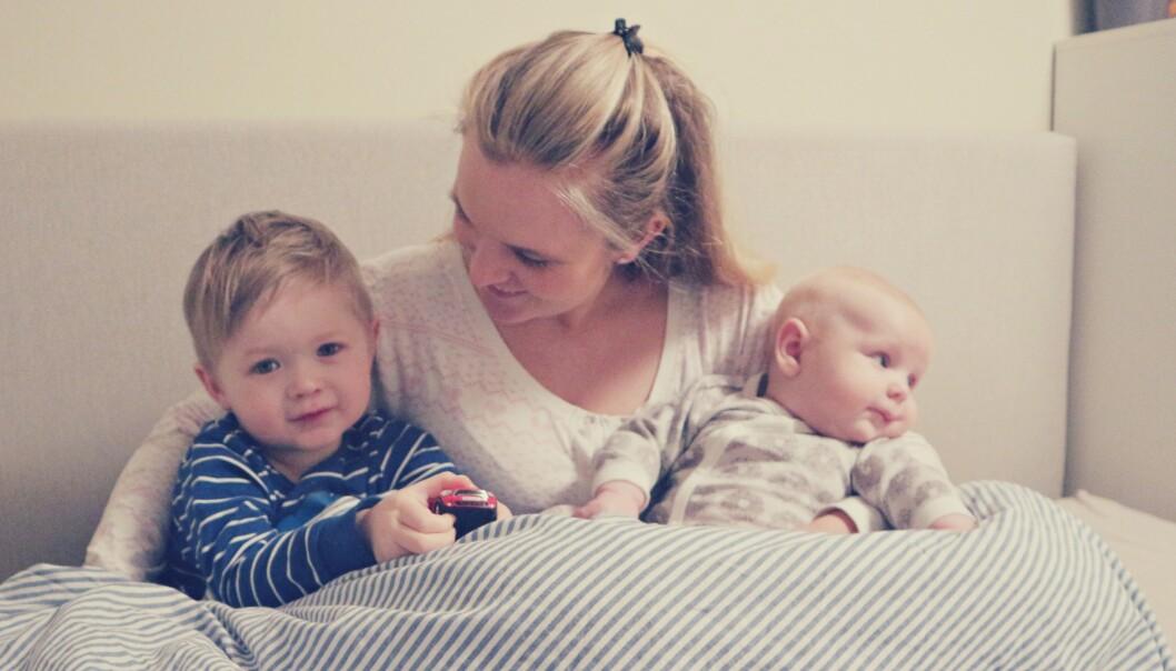 SAMSOVING: For Tina Haugstad Johannessen falt det helt naturlig å samsove med barna. Nå har familien gått til innkjøp av større seng. FOTO: Privat