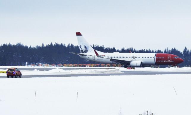 LANDET: Norwegian-flyet har landet på Arlanda, og står nå på en egen rullebane unna annen trafikk. Foto: Janne Åkesson / Swepix / Expressen