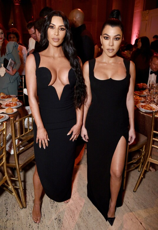 PÅ GALLA: Kim og Kourtney Kardashian. Foto: Bryan Bedder/Getty Images for Perrier-Jouët & Absolut Elyx/AFP/ NTB scanpix