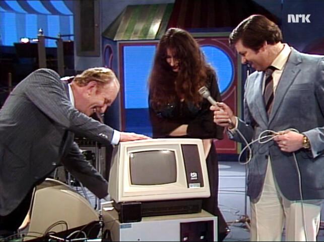 Kolbjørn Heggstad skrur på datamaskinen, mens Vibeke Løkkeberg og Harald Tusberg følger spent med. 📸: NRK