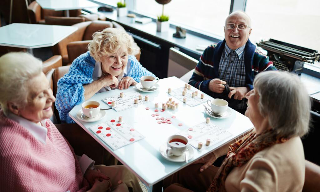 NY BEHANDLING: Mens vi venter på en medisin som virker mot demens, må vi ikke glemme andre tiltak, mener Aldring og helse. Strukturerte gruppesamtaler med ulike oppgaver for dagen som stimulerer hjernen innføres nå som et behandlingstilbud i Norge. Foto: NTB Scanpix.