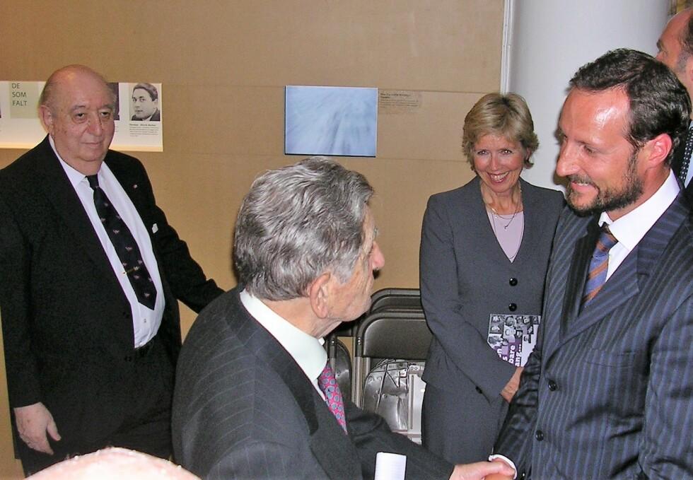 MR. NORWAY: Abel Abrahamsen møter kronprinsen av Norge: Abel Abrahamsen til venstre, mens Kurt Valner tar Haakon i hånda. Anne-Grete Strøm-Erichsen i bakgrunnen. Foto: Jødisk Museum Oslo