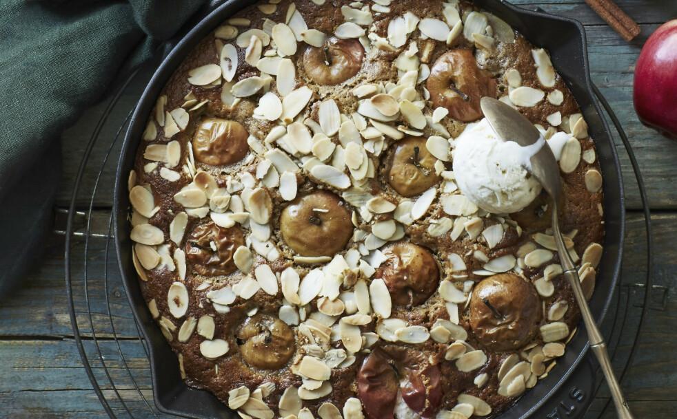 EPLEKAKE MED HELE EPLER: Hvis du ikke får tak i små epler som kan stikkes hele ned i kaken, kan du bruke noen som er større og heller skjære dem i båter. FOTO: Stine Christiansen