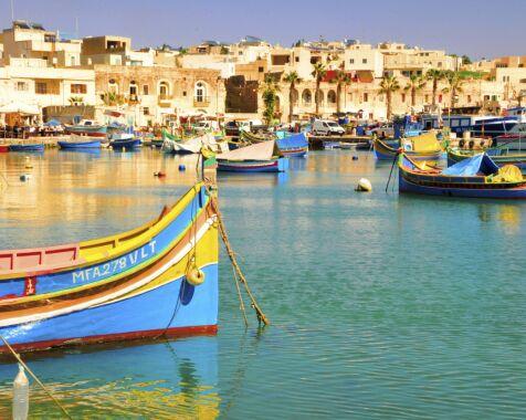 image: Øya med de blå båtene