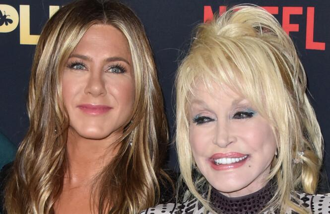 NY FILM: Aniston spiller mot den ikoniske artisten Dolly Parton i sin nye film. foto: NTB Scanpix