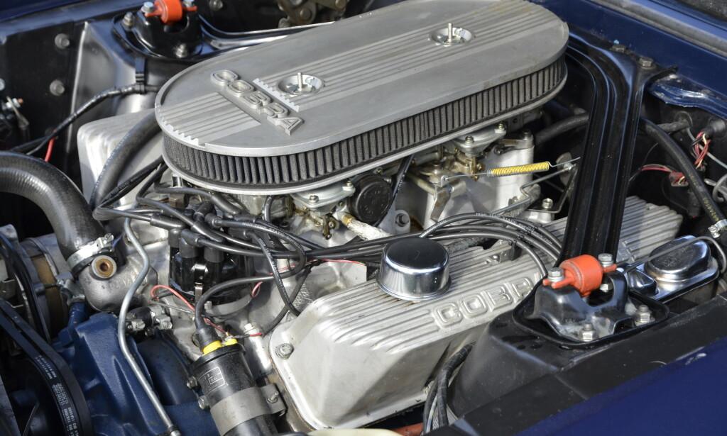 BUNNSOLID: Den svære 7-literen fyller hele motorrommet. Bare Boss 429-Mustangen som kom i 1969, har hatt større motorvolum enn denne - riktignok knepent, med bare én kubikktomme mer. Foto: Stein Inge Stølen