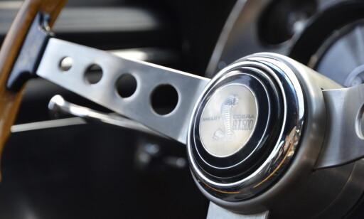GÅR IGJEN: Kobraen går også igjen på det treeikede rattet til Shelby. Foto: Stein Inge Stølen