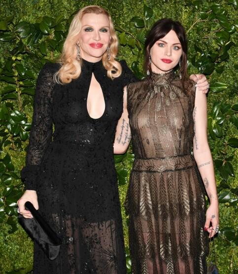 BEDRE FORHOLD: Frances og mora Courtney Love har hatt et svært turbulent forhold. De siste åra har det imidlertid blitt bedre. Her sammen i 2017. Foto: NTB Scanpix
