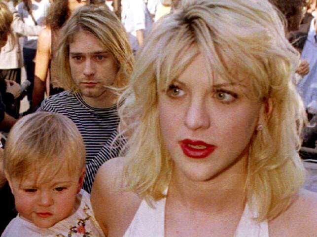 FAMILIE: Frances Bean Cobain avbildet på armen til mora Courtney Love bare kort tid før Kurt Cobain (bak) tok sitt eget liv. Foto: NTB Scanpix