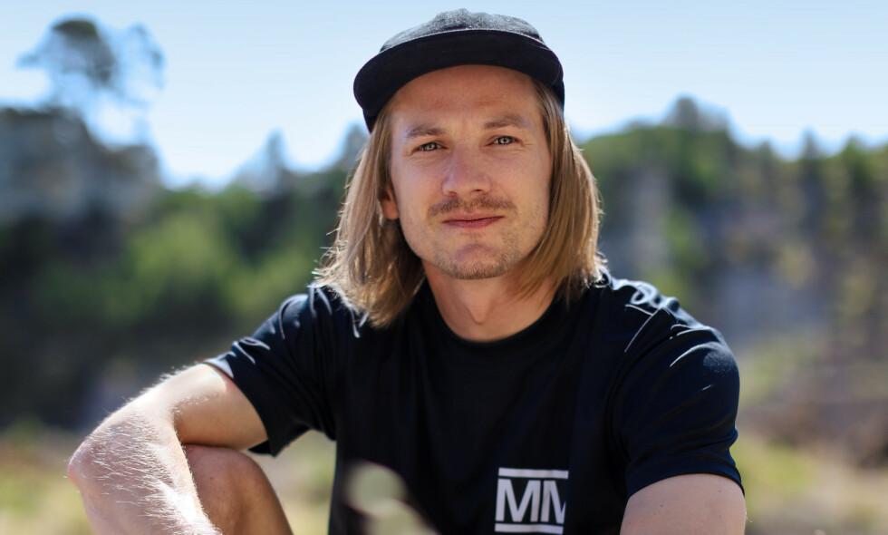 RØK I SISTE NATTEST: Tidligere skihopper Tom Hilde erkjenner at det er surt å ryke rett før semifinalen. I kveld kom han rett og slett til kort. Foto: NRK