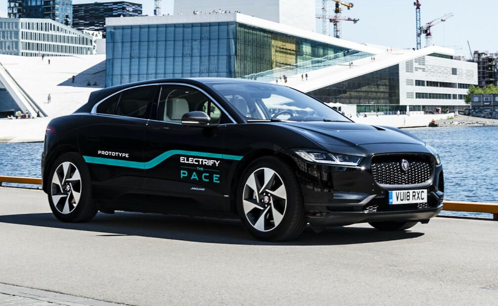 <strong>I FINALEN:</strong> Jaguar I-Pace kan gå av med seieren i kåringe Car of the Year 2019. Her fra da bilen var på norgesvisitt sommeren 2018. Foto: Jamieson Pothecary.