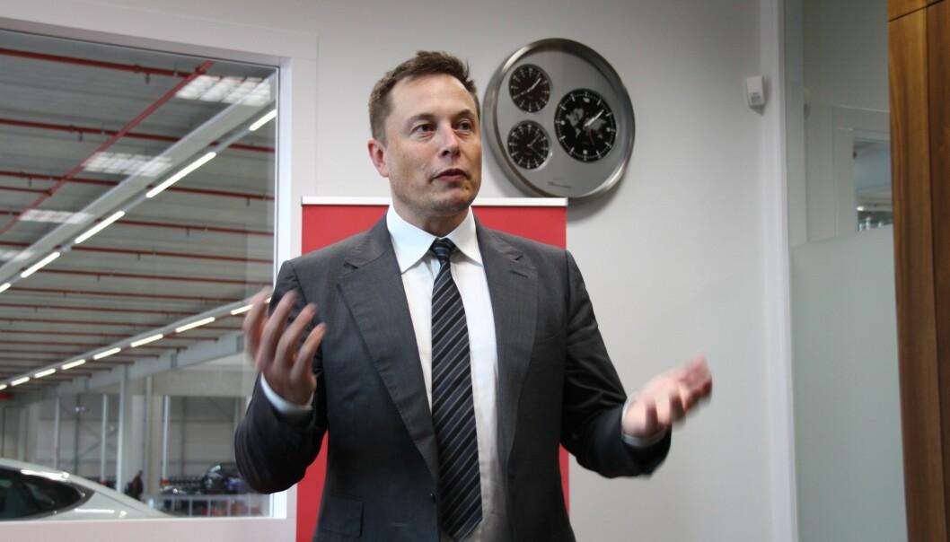 PROBLEMLØSEREN: Elon Musk tok veien til Oslo for å løse opp i utfordringer på service. Her fra et tidligere intervju med undertegnede på fabrikken i Tilburg. Foto: Fred Magne Skillebæk