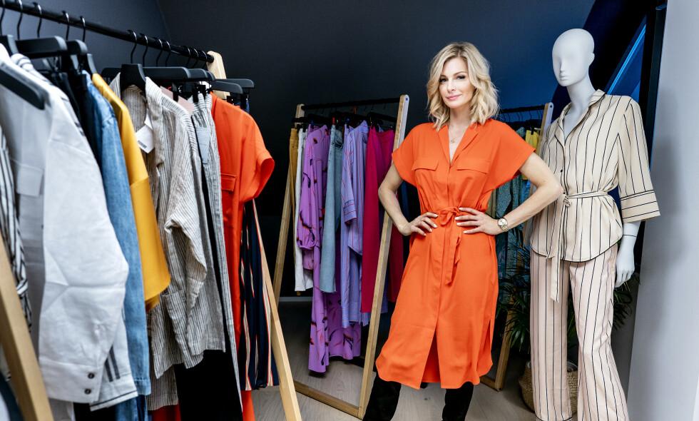 I SITT RETTE ELEMENT: Kathrine Sørland inspiserer den nyeste kolleksjonen til kleskjeden Lindex, på butikkens hovedkontor i Oslo. Sørland jobber som såkalt «fashion advisor» for kleskjeden. Foto: John Terje Pedersen / Dagbladet