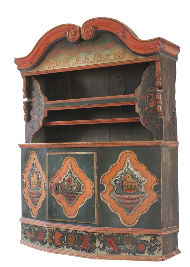 Hengekannestol med originalt malt dekorasjon. Solgt for 270.000 kroner + 20 prosent omkostninger