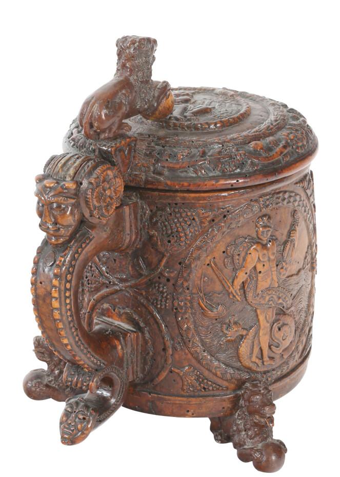 Drikkekanne fra 1672 med rikt skåret dekorasjon, mytologiske motiver dekorert med 3 ovaler inneholdende Herkules, Apollon og Merkur. Solgt for 440.000 kroner + 20 prosent omkostninger.