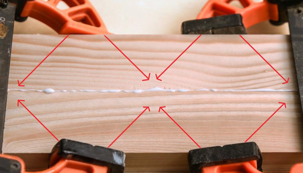 RIKTIG PLASS: Tvingene virker i en vinkel på 45 grader. Da må du sette dem så tett at du får en overlapp i limfugen. (Foto: Øivind Lie-Jacobsen)